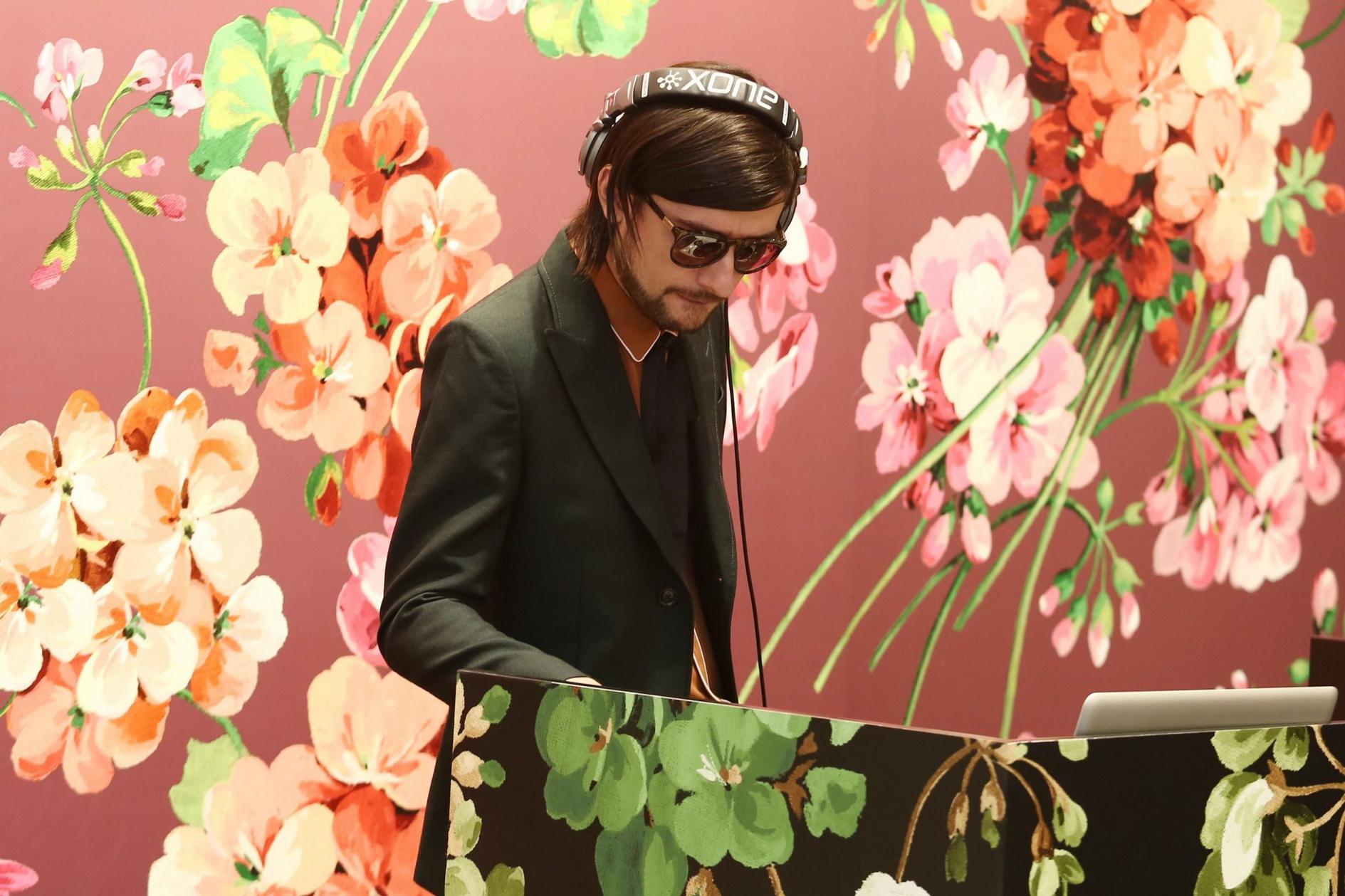 DJ Drew Tudose trong bộ comple nỉ pha len lịch lãm cùng áo sơmi vải lụa crepe mềm mại màu nâu matte
