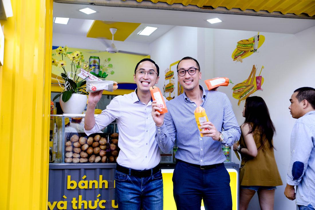 Ông Henry Nguyễn (phải) – Chủ tịch công ty Bánh Năm và Ông Louis Nguyễn.