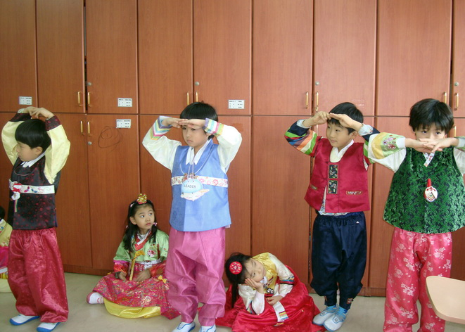 Trẻ em Hàn quốc hành lễ với người lớn tuổi_