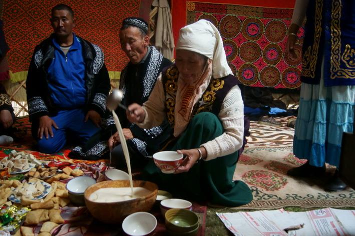 Người Mông Cổ uống rượu Arkhi (làm từ sữa dê hoặc ngựa) vào dịp năm mới