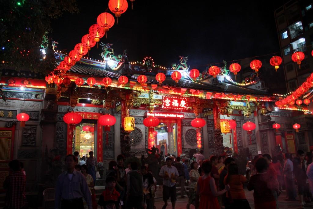 Màu đỏ tượng trưng cho máy mắn được người Trung Quốc dùng trang trí nhà cửa khi tết về