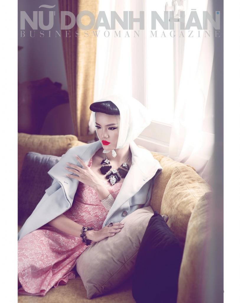 Đầm ren (Magonn) / Áo khoác (Karen Millen) / Vòng cổ, vòng tay và nhẫn (Accessorize)