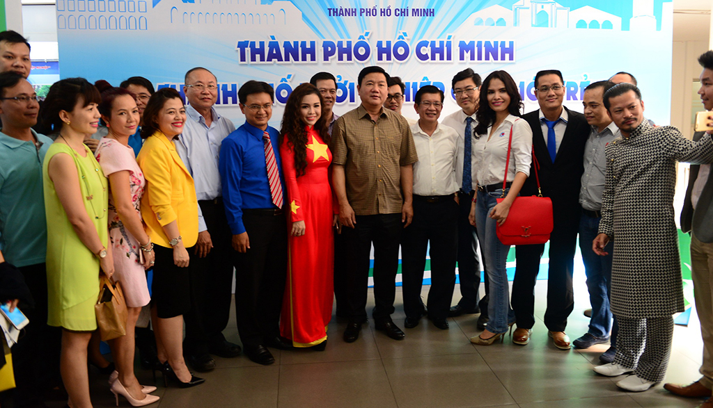 Bí thư Thành ủy TP.HCM Đinh La Thăng chụp ảnh kỷ niệm cùng với các doanh nghiệp trẻ. Ảnh: Quang Định.