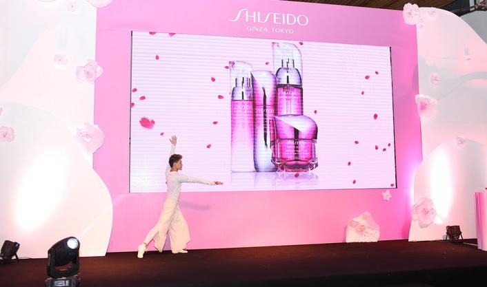 Màn trình diễn ra mắt dòng sản phẩm White Lucent dưỡng trắng kép mới nhất của Shiseido