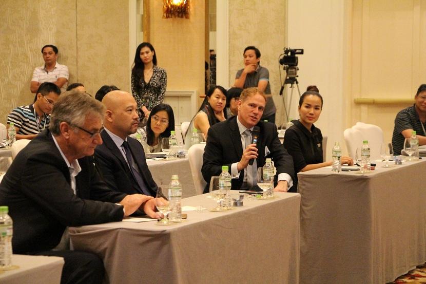 Ông Michael Kelly, Chủ tịch cấp cao của Dự án Hồ Tràm Strip trả lời câu hỏi của phóng viên tại buổi họp báo.