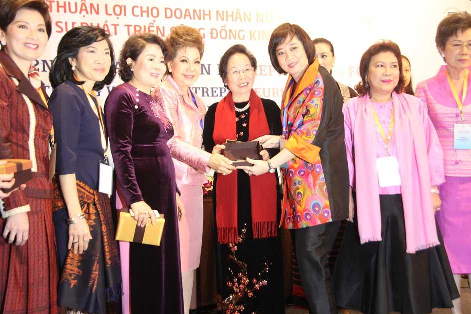 Phó Chủ tịch nước Nguyễn Thị Doan và Chủ tịch Hội đồng Doanh nhân nữ Việt Nam, Chủ tịch AWEN Nguyễn Thị Tuyết Minh cùng các doanh nhân nữ tại sự kiện