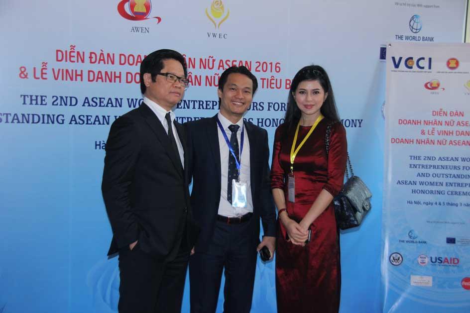 Ông Vũ Tiến Lộc - Chủ tịch Phòng Thương mại và Công nghiệp Việt Nam, Ông Nguyễn Công Minh - Sáng lập Tạp chí Nữ Doanh nhân và bà Nguyễn Hồng Thủy Tiên - Tổng giám đốc IPP tại sự kiện