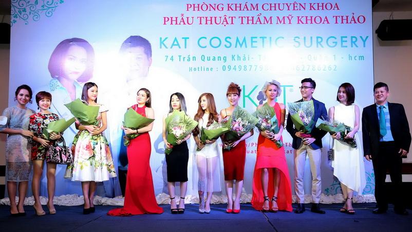 Sao Việt nhận hoa cảm ơn
