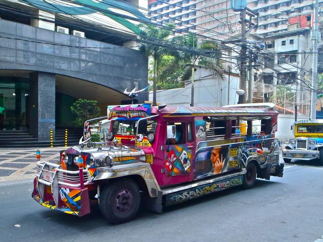 Những chiếc Jeepney sặc sỡ là đặc sản hiếm có của Manila