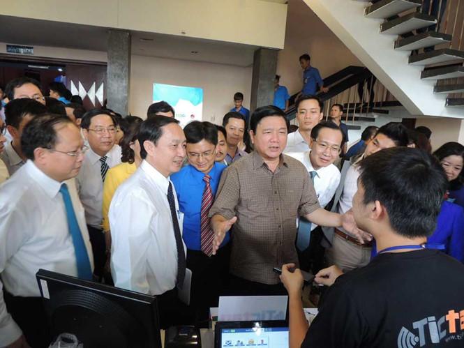 Bí thư Thành ủy TP.HCM Đinh La Thăng tham quan các mô hình khởi nghiệp của bạn trẻ tại chương trình. Ảnh: Lê Thanh.