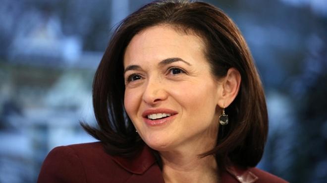Đã 4 năm liên tiếp, Sheryl Sandberg được tạp chí Forbes đánh giá là người phụ nữ quyền lực nhất lĩnh vực công nghệ. Sau khi rời Google, Sandberg gia nhập Facebook năm 2008 và hiện là Giám đốc điều hành (COO) của mạng xã hội có 1,5 tỷ người dùng. Hiện Sandberg sở hữu khối tài sản 1,23 tỷ USD. Để khẳng định vai trò và quyền bình đẳng của phụ nữ trong xã hội, bà đã cho xuất bản cuốn sách Lean In: Women, Work, and the Will to Lead (Dấn thân: Phụ nữ, Công việc, và Quyết tâm Lãnh đạo) năm 2013.