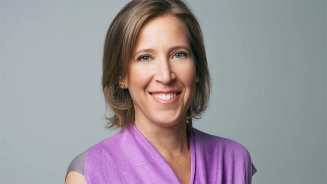 """Susan Wojcicki - """"bà chủ nhà đầu tiên"""" của Google: Google khởi nghiệp từ một garage nhỏ ở Mento Park, California (Mỹ). Chủ nhân căn nhà đó chính là Susan Wojcicki. Bà sau đó đã nghỉ việc ở Intel để trở thành nhân viên thứ 16 tại Google - một quyết định mạo hiểm vì hãng dịch vụ Internet Mỹ khi đó còn quá nhỏ bé và không có tiếng tăm. Bộ phận quảng cáo mà bà điều hành mang lại đến 96% giá trị doanh thu cho Google năm 2010. Từ năm 2014, bà trở thành CEO của YouTube."""