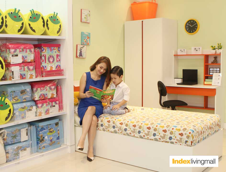 Hình ảnh: MC- Diễn viên Đan Lê cùng con trai Khải Minh tại phòng mẫu của Index Living Mall Times City