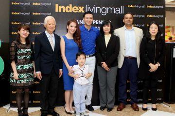 Hình ảnh từ trái qua: Bà Nguyễn Thu Hà – Deputy CEO VinDS, ông Pasith Patamasatayasonthi – CEO tập đoàn Index Inter Fur, gia đình MC – Diễn viên Đan Lê, đạo diễn Khải Anh và con trai Khải Minh, bà Pornphan Wongmasa – đại diện Index Living Mall Thái Lan, ông Munish Rish – Deputy CEO VinDS, bà Suchada Prasarnphanich – Giám đốc ngành hàng nội thất tại sự kiện.
