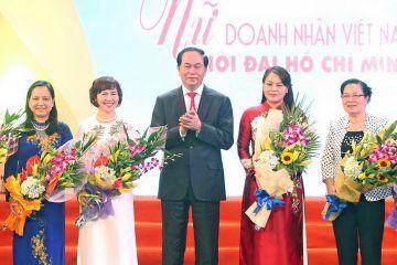 """Chủ tịch nước Trần Đại Quang tặng hoa các lãnh đạo nữ tại Chương trình giao lưu nghệ thuật """"Nữ doanh nhân Việt Nam thời đại Hồ Chí Minh""""."""