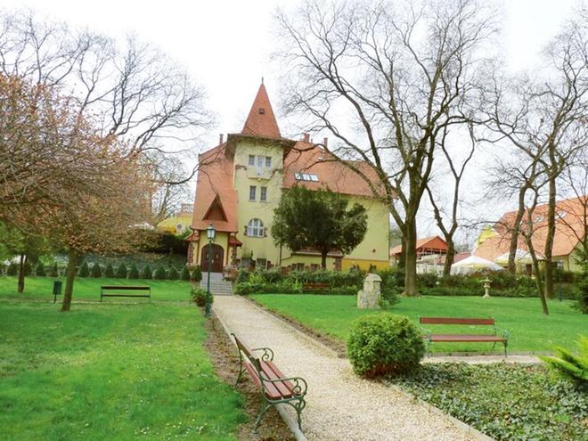 """Lâu đài Fried nằm ở thị trấn nhỏ Simontornya, cách thủ đô Budapest 120 km. Năm 2002, tình cờ trong một lần đi dã ngoại, vợ chồng chị Thiện nhìn thấy lâu đài được chính phủ rao bán trong chương trình khôi phục lại các di tích lịch sử. Các cá nhân được mua với giá ưu đãi nhưng phải chịu trách nhiệm khôi phục lại những di tích lịch sử này. """"Dù khi đó tòa lâu đài và khu công viên xung quanh hoàn toàn đổ nát, chúng tôi vẫn thấy được ẩn sau sự hoang tàn là vẻ đẹp tráng lệ thuở xưa. Đều là những người yêu thích lịch sử, chúng tôi quyết định mua lại tòa lâu đài và khôi phục nó"""", chị Thiện, 48 tuổi, kể."""