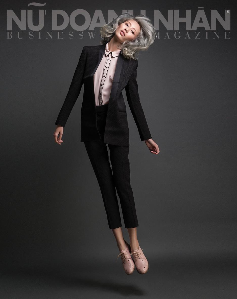 Trang trái: Suit Banana Republic; áo Dorothy Perkins; giày Max&Co.
