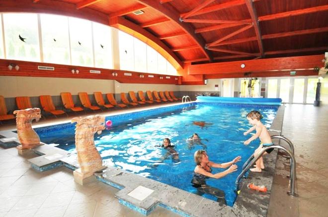 Lâu đài Fried còn bao gồm nhiều dịch vụ và tiện ích hấp dẫn khác như spa, phòng tập thể thao, sân bóng, bể bơi trong nhà và ngoài trời.