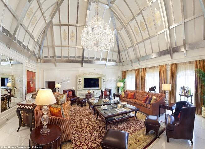 Chuyến du ngoạn Ấn Độ và Bhutan của hoàng tử William cùng công nương Kate diễn ra từ ngày 10/4 đến 16/4. Khách sạn mà vợ chồng hoàng tử sẽ ở tại Ấn Độ là Taj Mahal Palace. Trong hình là phòng Presidential Suite với sàn lát đá cẩm thạch, ghế bọc vải dệt thủ công, có khu spa và quản gia riêng.