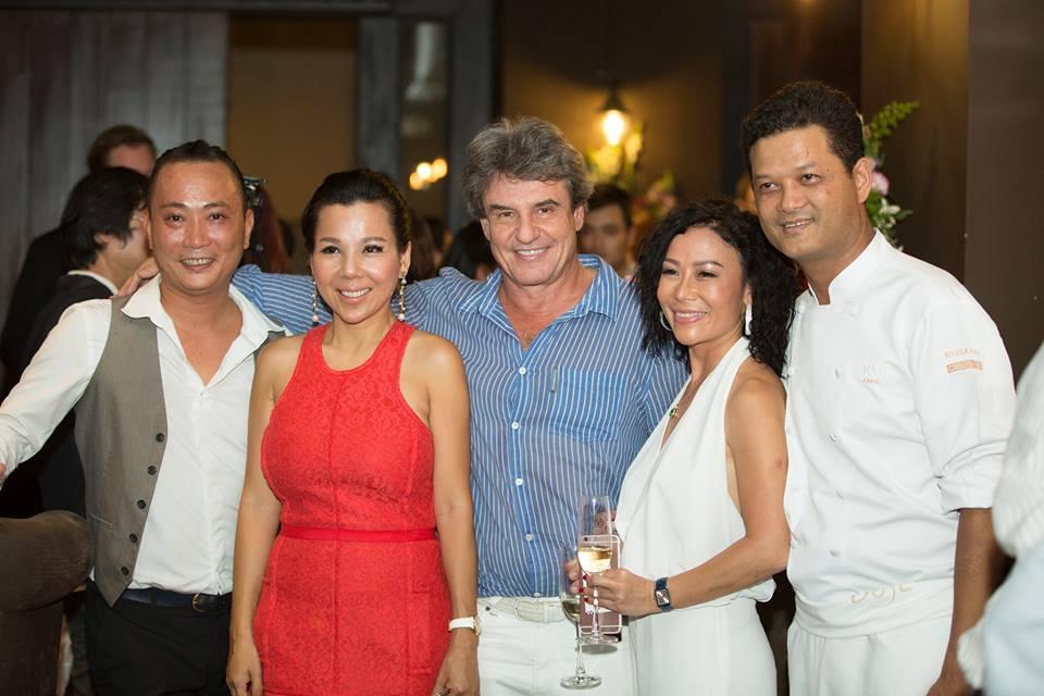 Từ phải sang: Chef Sakal, Bà Nguyễn Thị Lệ Thu, Ông Jean-Marcel Guillon, Bà Quyên Trần và Ông Võ Tiến Cường là các cổ đông của Nhà hàng.