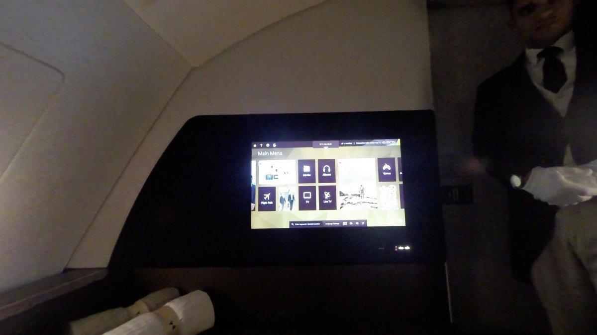 Phòng khách được trang bị màn LCD 32 inch. Đây hiện là màn hình lắp trên máy bay lớn nhất thế giới.