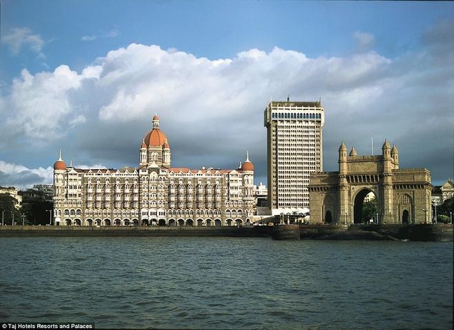 Khách sạn nằm cạnh biển Arabian, bao gồm cung điện bên trái, một tòa tháp ở giữa xây từ 1973 và ngay bên Gateway of India (Cổng vào Ấn Độ) bên phải.