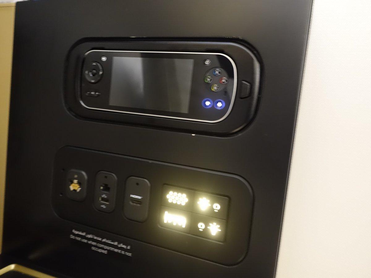 Hành khách cũng có bảng điều khiển cho phép tùy chỉnh ánh sáng trên tường, trần và sàn nhà.
