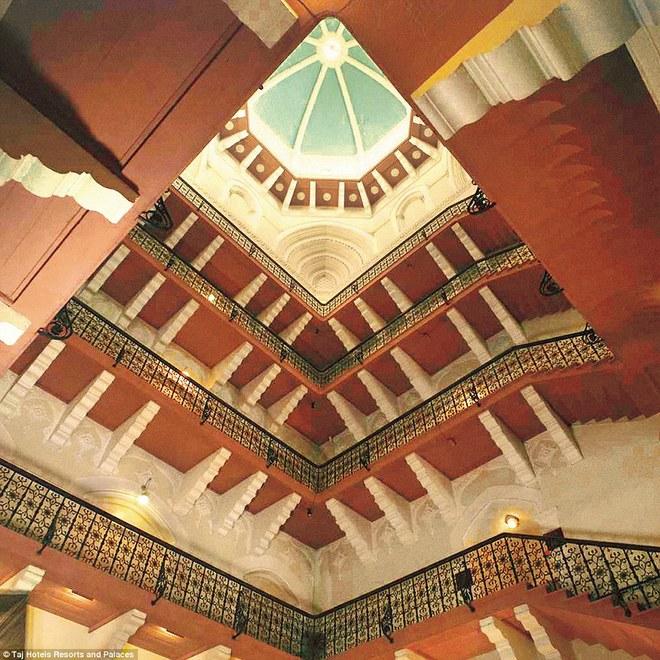 Taj Mahal Palace ban đầu có tổng số vốn hơn 353.000 USD. Khách sạn có tầm nhìn rất đẹp ra biển Arabian và bên trong chứa nhiều hành lang cùng 560 phòng phục vụ khách. Bên cạnh nhiều tiện nghi như spa, thẩm mỹ, bể bơi ngoài trời... khách sạn còn có các dịch vụ hoạt động 24h như phòng thể dục thể hình, quán cà phê, dịch vụ phòng, chăm sóc y tế với bác sĩ và y tá đầy đủ.