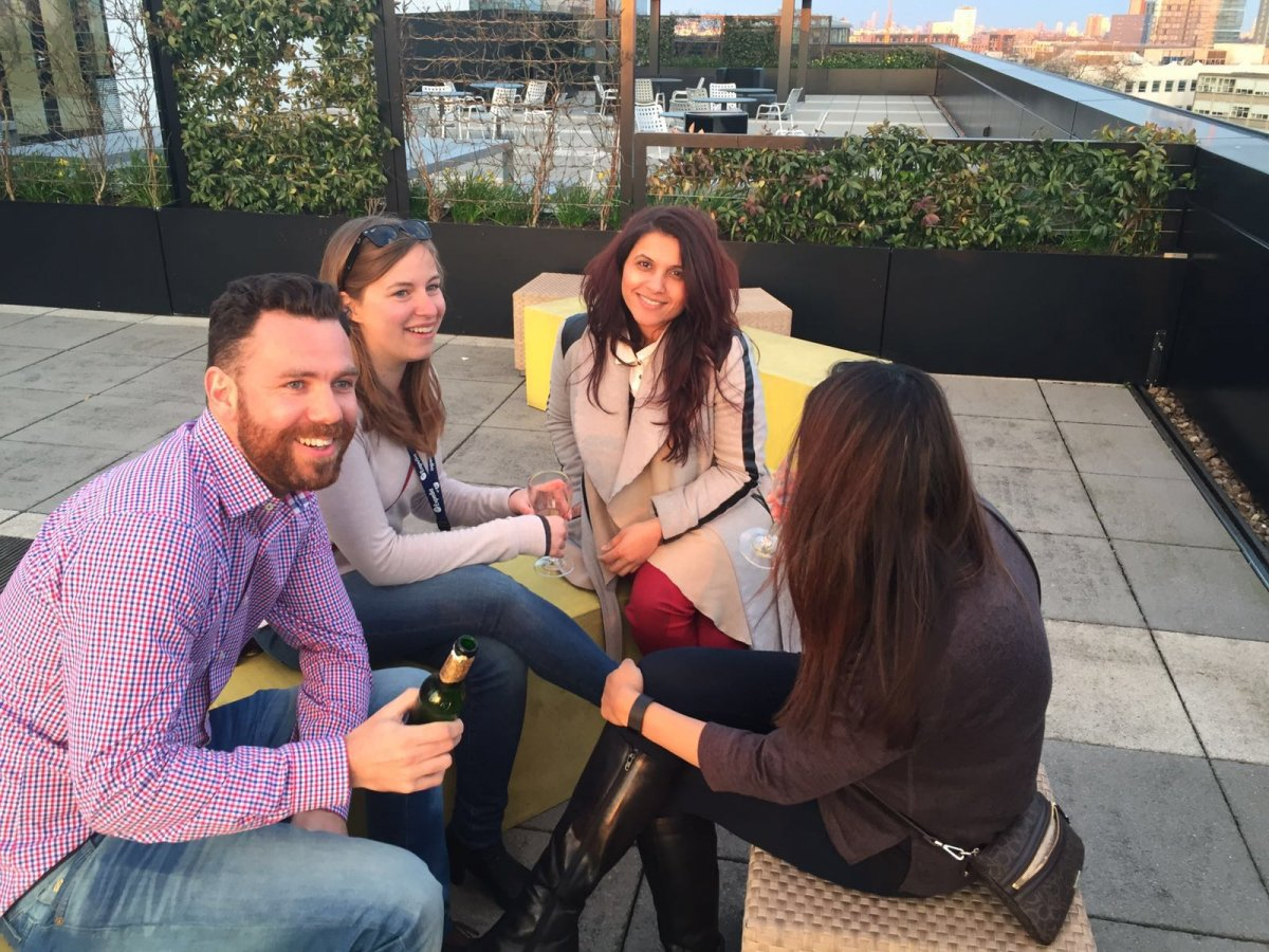 Công ty còn có giờ dành cho nhân viên uống bia hoặc cocktail. Ngoài ra, hàng tháng, vào thứ 5, các nhân viên của Expedia còn tụ tập từ 5 giờ đến 8 giờ 30 tối cùng nhau uống và trò chuyện.