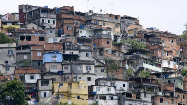 Zica Assis sinh ra và lớn lên tại một khu ổ chuột ở Rio.