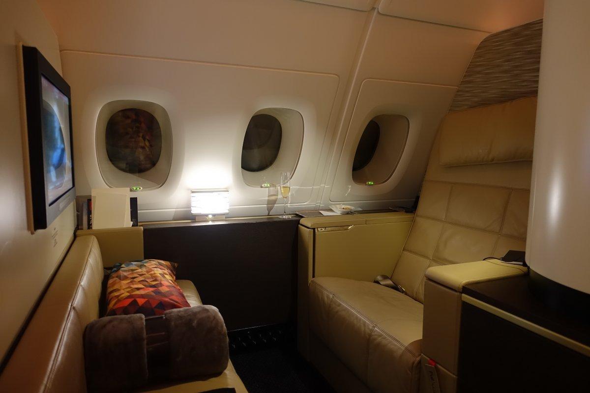 Khi lên máy bay, hành khách sẽ được người phục vụ riêng chào đón và dẫn về chỗ ngồi.