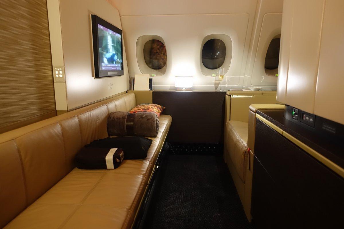 Ai cũng phải ngạc nhiên khi lần đầu nhìn thấy khoang của mình. Không gian riêng thực sự rộng rãi với ghế sofa đa năng dài bằng bốn chỗ ngồi khoang thường.