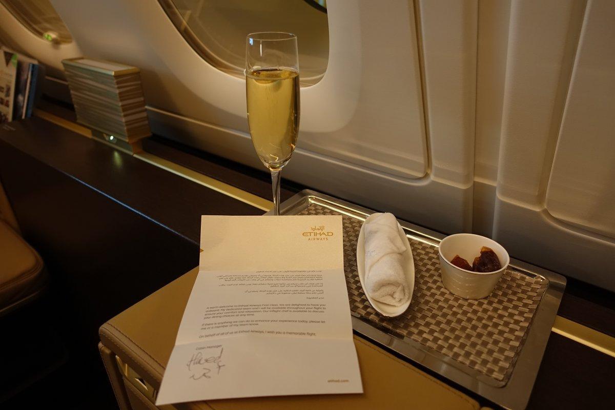 Phục vụ riêng là những người được đào tạo từ khách sạn nổi tiếng thế giới Savoy Hotel. Vì thế, họ khá chuyên nghiệp và cẩn thận. Rượu vang ở đây là loại Bollinger Grande Annee 2005, với giá khoảng 100 USD mỗi chai.
