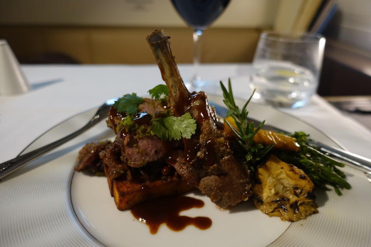 Món ăn trên này dĩ nhiên cũng vào loại thượng hạng, có thể đặt riêng đầu bếp và được họ mang tới tận nơi.