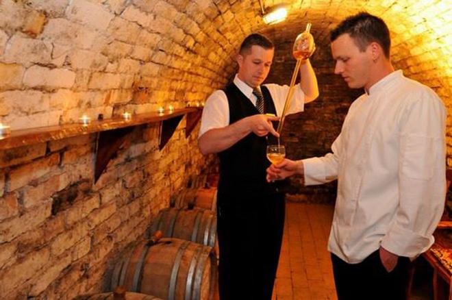 """""""Đặc sản"""" của lâu đài Fried là chương trình nếm rượu vang palinka, loại rượu truyền thống trứ danh của Hungary. Trên đồi nho, du khách có thể tổ chức dã ngoại, vừa hòa mình giữa thiên nhiên, vừa thưởng thức rượu vang và món thịt nướng tại lò nướng truyền thống ngay ngoài trời."""