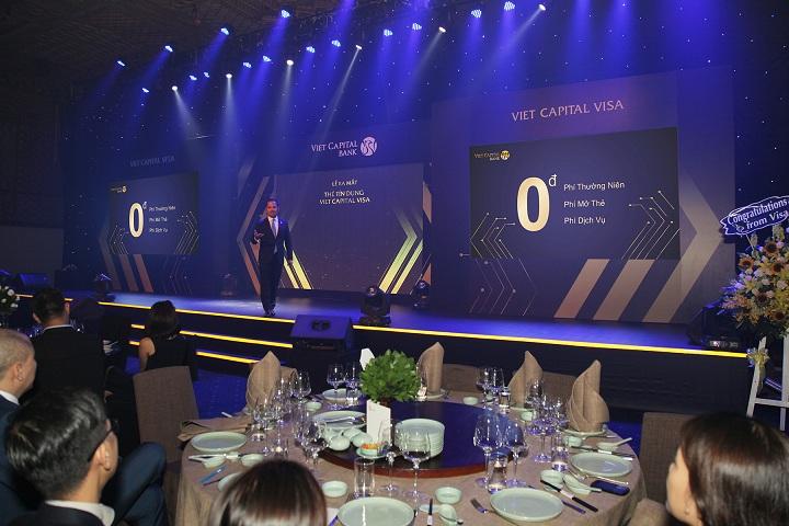 Ông Hồ Minh Tâm - Phó Tổng Giám đốc Viet Capital Bank giới thiệu về những tính năng ưu việt của Thẻ tín dụng 3.0 đầu tiên tại Việt Nam.