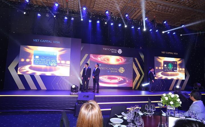 Đại diện Viet Capital Bank giới thiệu hình ảnh thẻ Viet Capital Visa dòng Classic và Platinum.