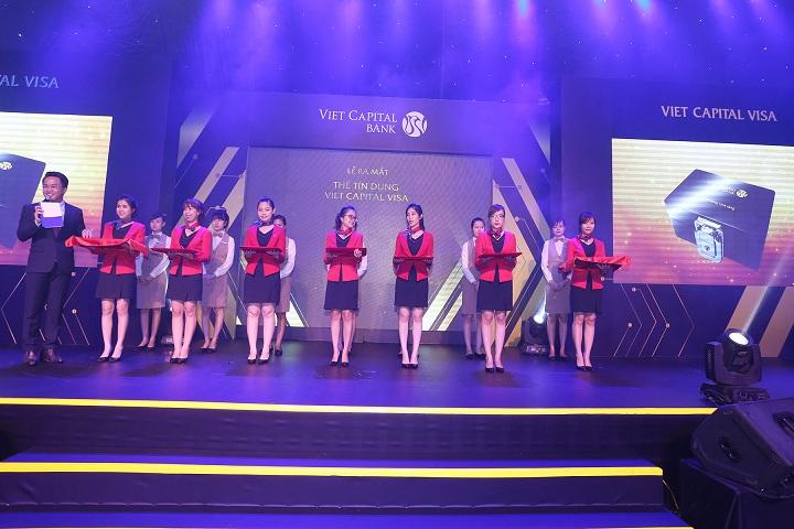 Cán bộ nhân viên Viet Capital Bank thực hiện nghi thức trao tặng thẻ tín dụng Viet Capital Visa Platinum đến những khách hàng đầu tiên.