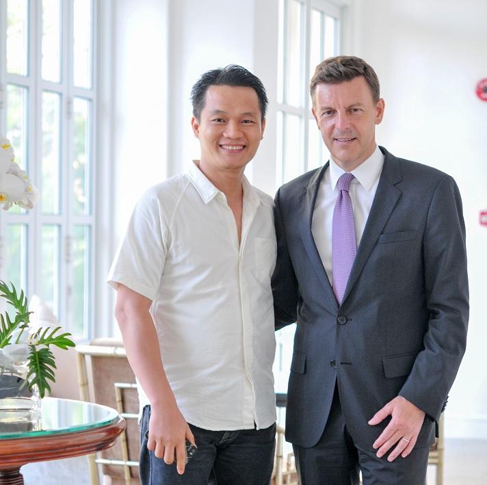 Ông Nguyễn Công Minh (trái), CEO Tạp chí NỮ DOANH NHÂN và Ông Frederic Boulin trong buổi giới thiệu Tổng Giám đốc mới của Park Hyatt Saigon.