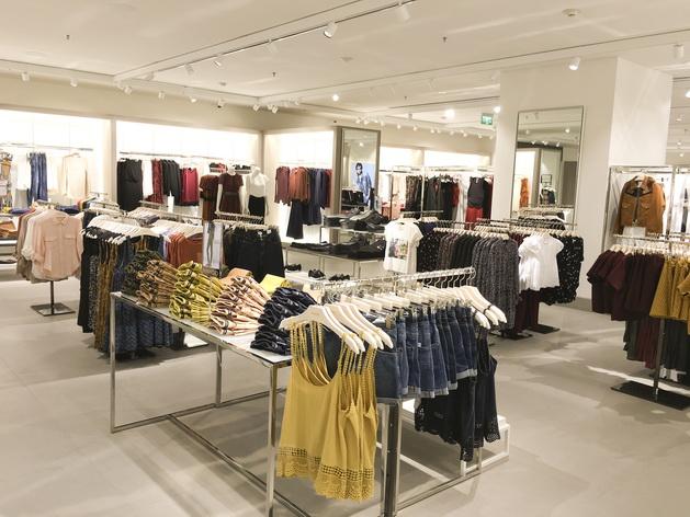 Khu vực Mango Woman nằm tại khu trung tâm và chiếm diện tích cũng như lượng hàng hoá đa dạng nhất trong cửa hàng.