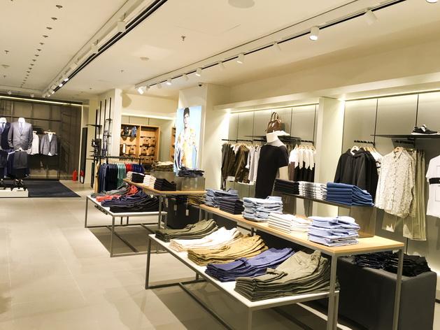 Khu vực casual và denim cung cấp các trang phục dạo phố, trẻ trung, phong cách cho nam giới