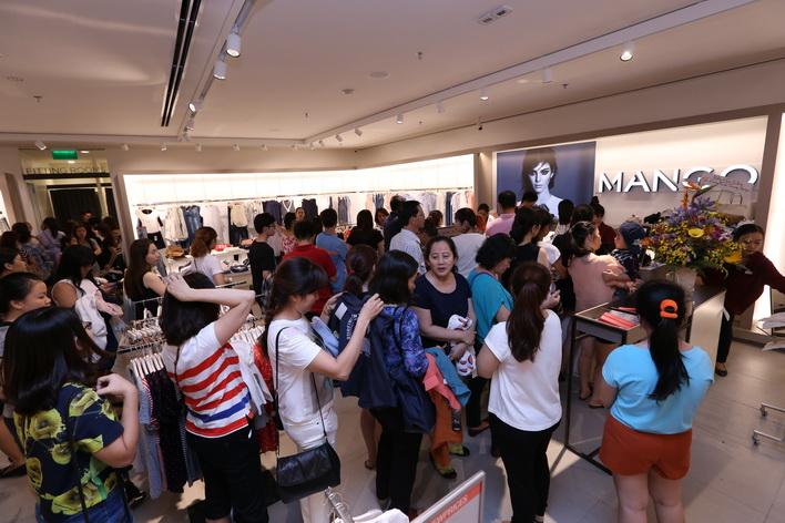 Khách hàng hào hứng mua sắm tại Mango Mega Store Vincom Đồng Khởi trong cuối tuần vừa qua