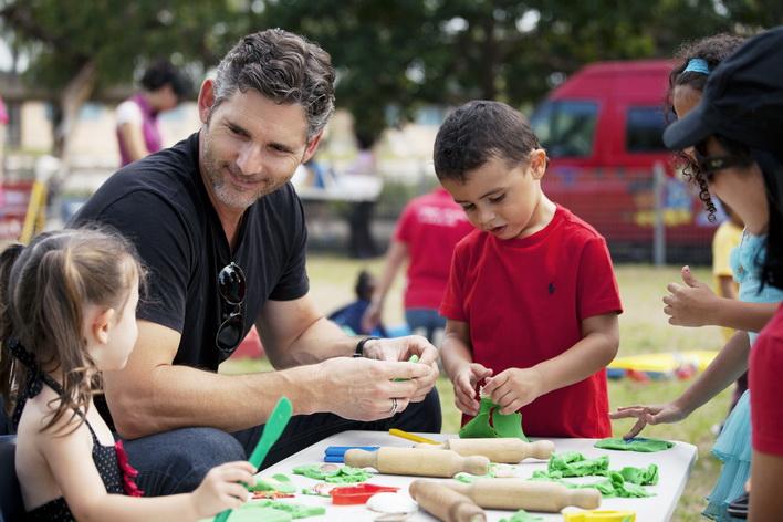Nam diễn viên người Úc Eric Bana chơi cùng các bé trong chuyến đi từ thiện tại Tây Sydney năm 2014.
