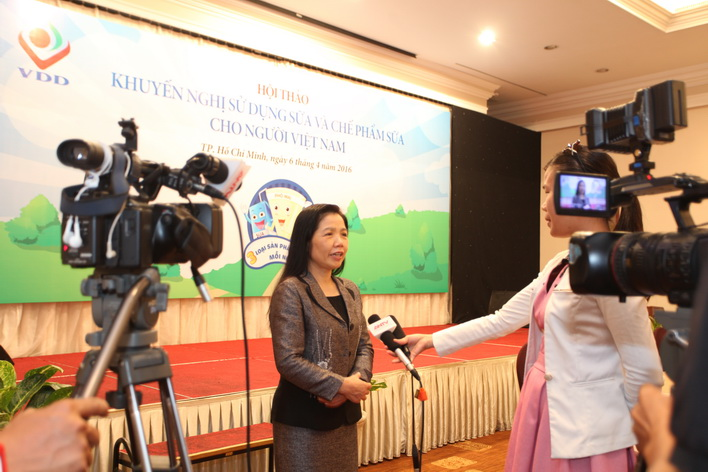 PGS.TS Lê Bạch Mai trả lời câu hỏi của báo giới