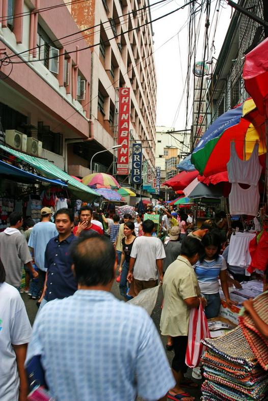 Dạo chợ ở Manila, bạn có thể tìm thấy mọi thứ được bày bán trong những quầy hàng đầy màu sắc