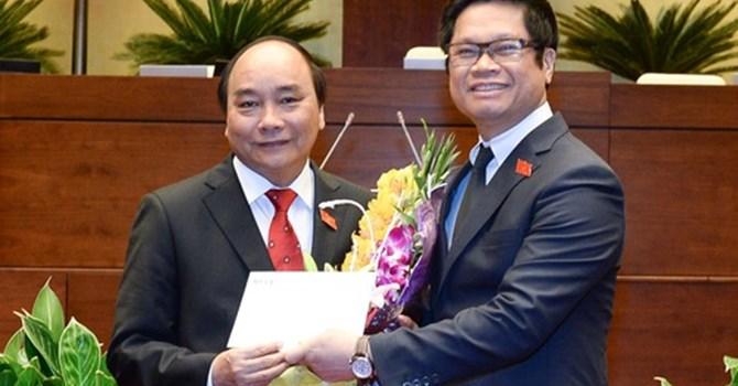 Thủ tướng Nguyễn Xuân Phúc nhận lời chúc mừng và công thư của cộng đồng doanh nghiệp từ Chủ tịch VCCI Vũ Tiến Lộc ngay sau sau lễ nhậm chức tại Quốc hội.