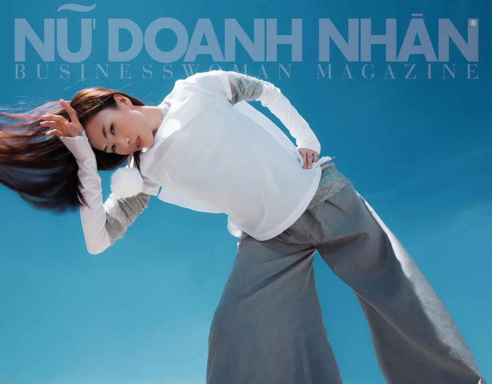 Áo dệt kim xám: DKNY Áo trắng: French Conection Quần: The Twin