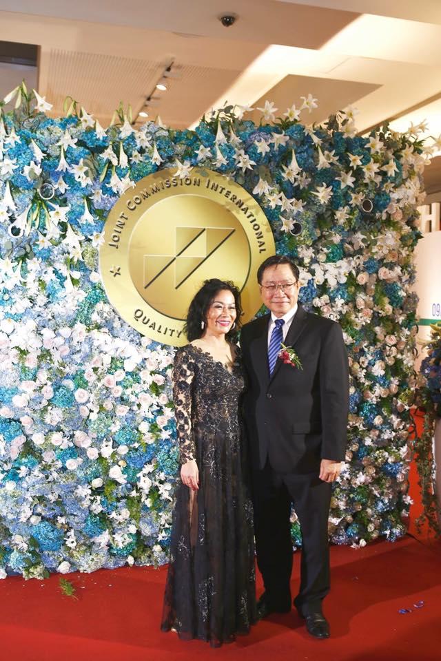 Bà Nguyễn Thị Lệ Thu (trái), Giám đốc Tiếp thị và Phát triển Kinh doanh của FV và Ông Nguyễn Tấn Bỉnh, Giám đốc Sở Y tế TP. HCM.