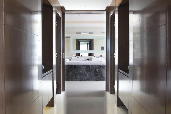 Phòng tắm cũng được thiết kế cùng tông với không gian chung, lấy nội thất bằng gỗ làm chủ đạo. Bên trong có bể sục và hai buồng tắm lớn.