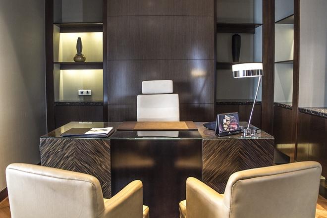 Phòng làm việc nằm giữa phòng ngủ và phòng khách với hệ thống trang thiết bị hiện đại bậc nhất